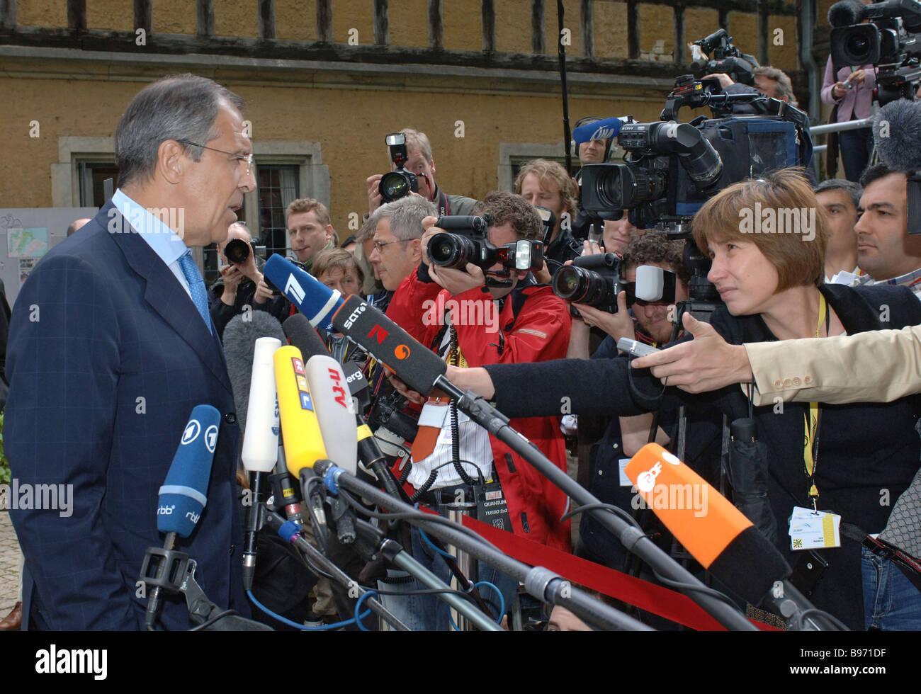 Le Ministre russe des affaires étrangères Sergei Lavrov s'adressant aux journalistes avant une conférence Photo Stock