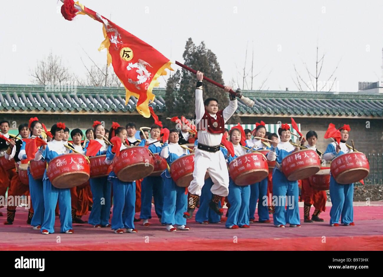 Jeunes batteurs effectuer pendant le Chunjie le Nouvel An chinois aussi appelé le calendrier agraire ou Nouvel An Banque D'Images