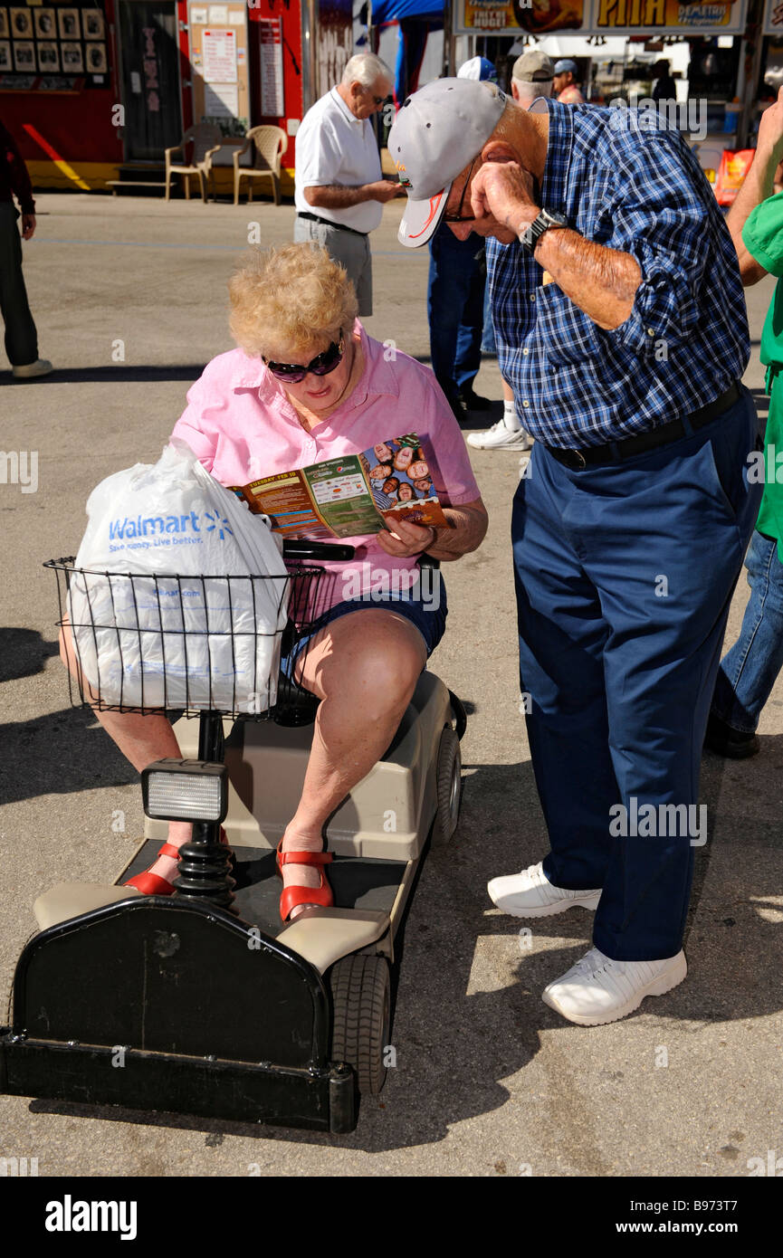 Couple avec femme dans l'alimentation de la batterie panier Banque D'Images