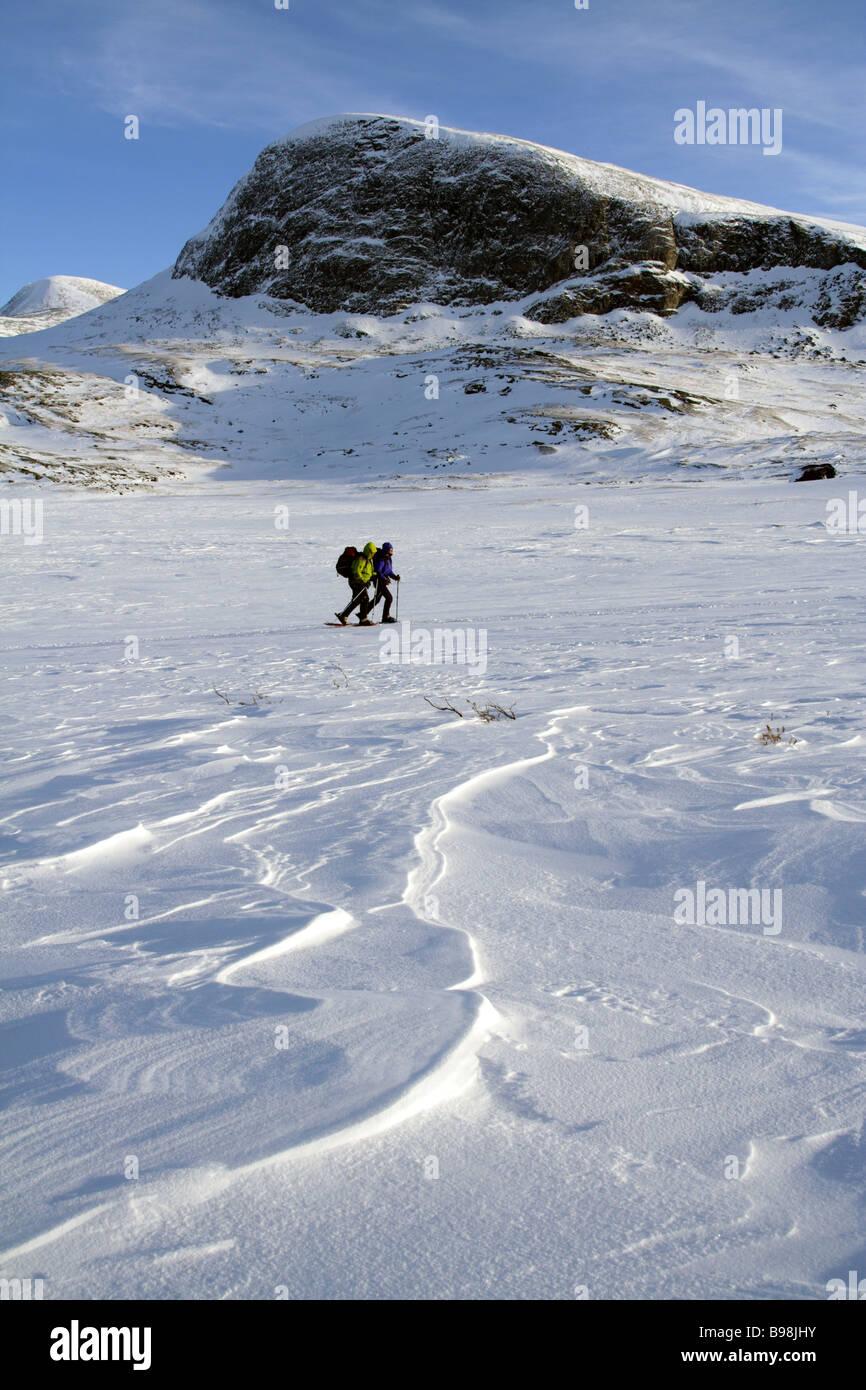 Balades en raquettes avec deux femelles dans la Kungsleden, suédois, Suède Lapplands Photo Stock