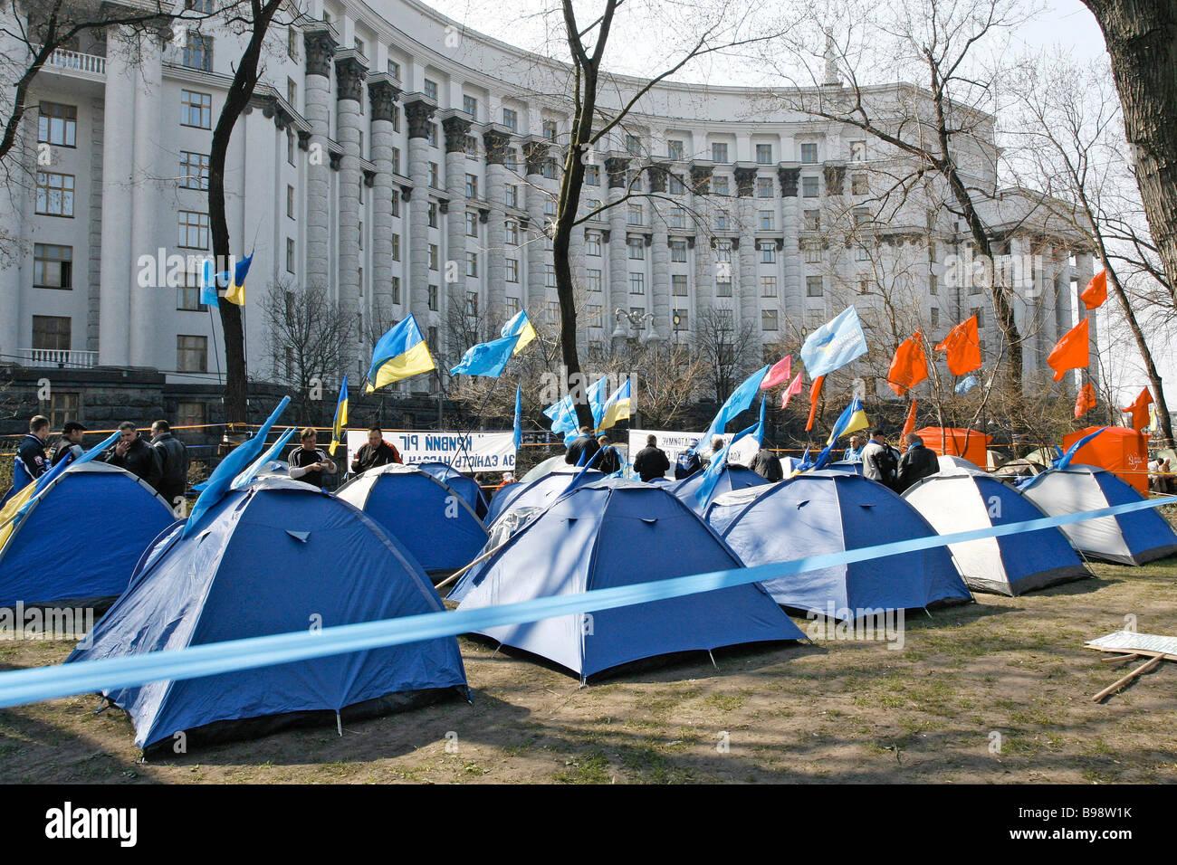 Des partisans de Viktor Ianoukovitch, à côté du Cabinet des Ministres Photo Stock