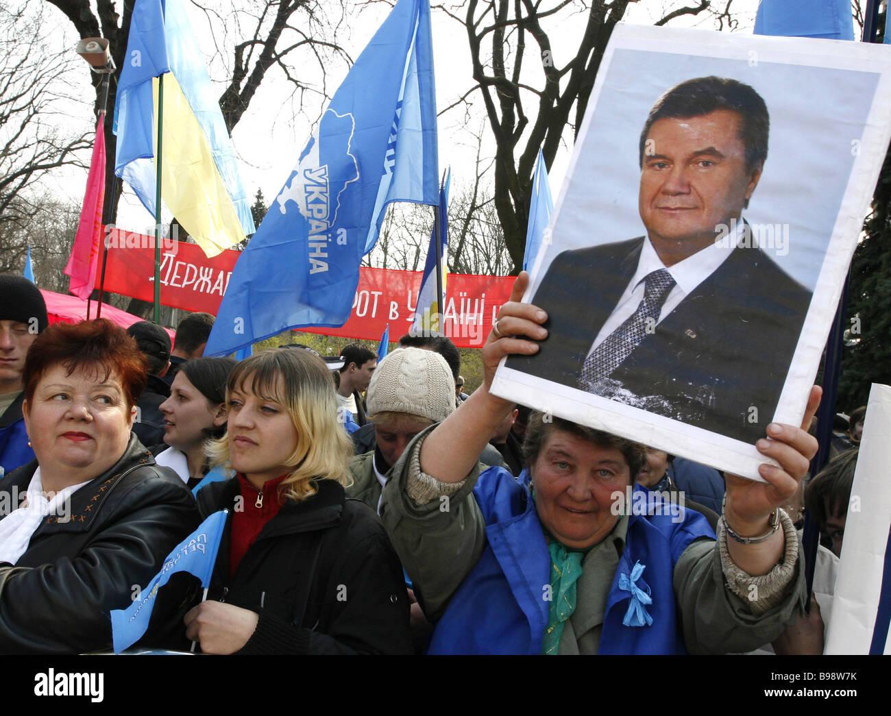 Les partisans de la Coalition d'unité nationale ukrainienne de souhaits Le Premier ministre Viktor Ianoukovitch Photo Stock