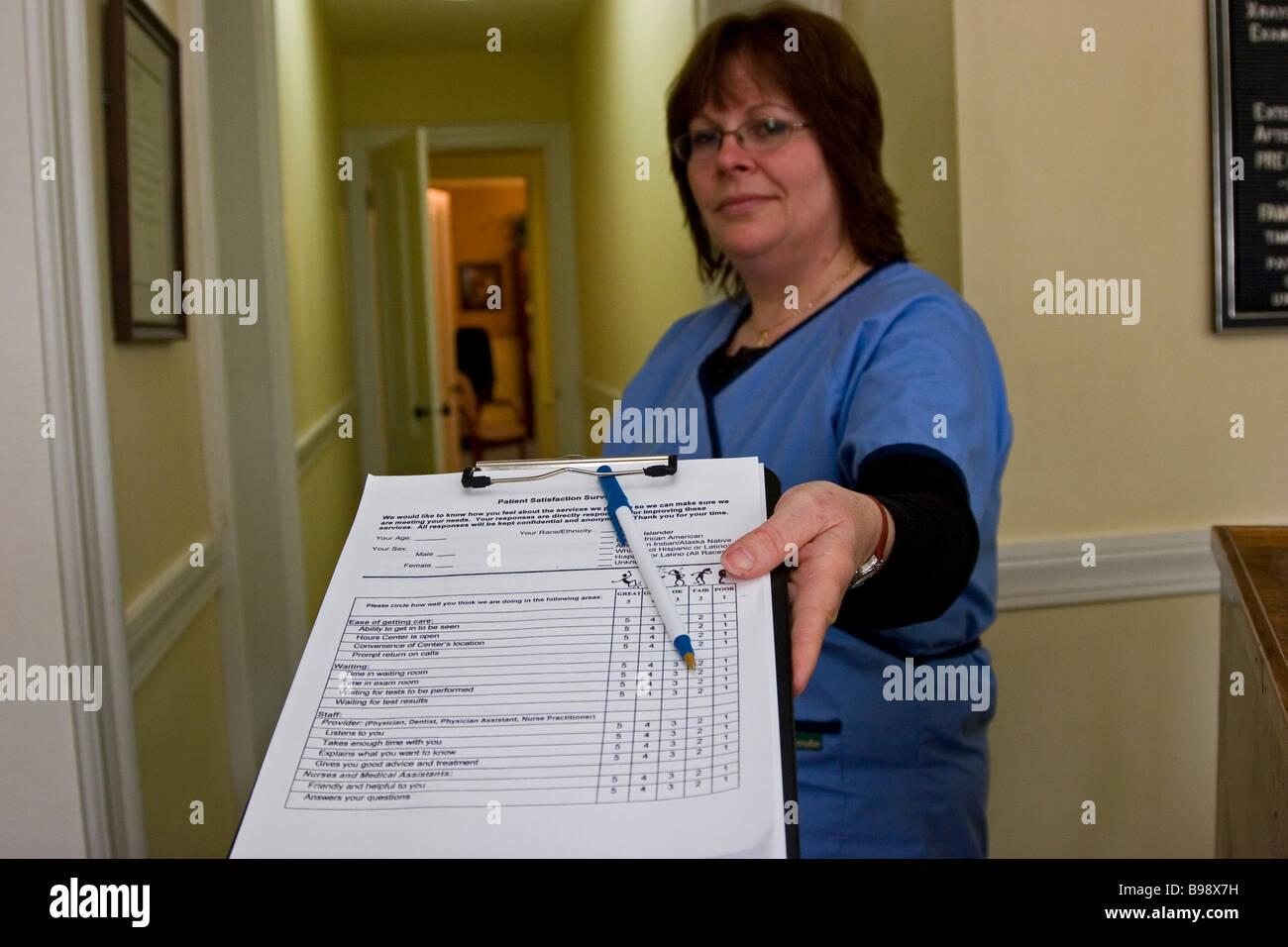 Femme réceptionniste au bureau du médecin remise formulaire