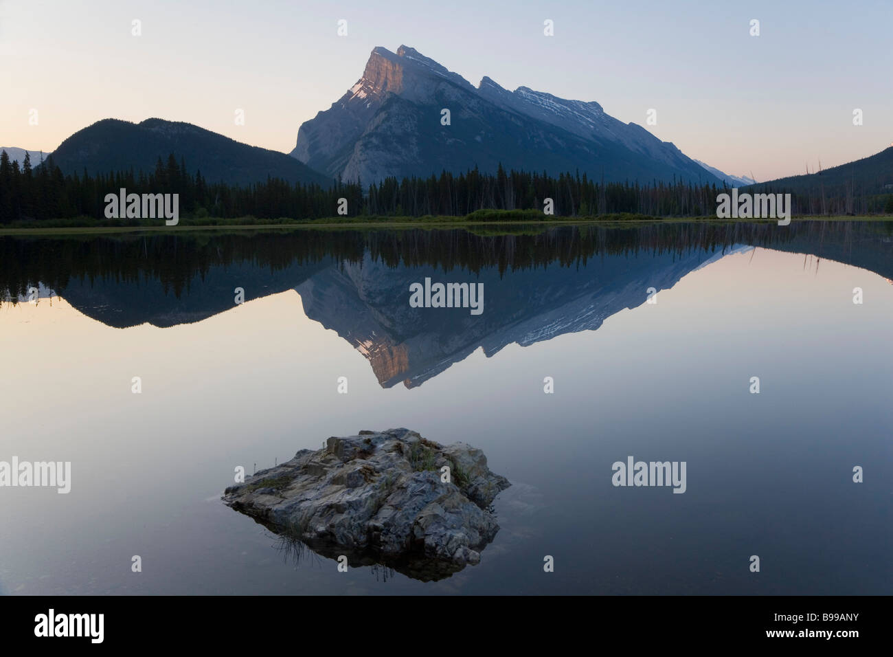 Le mont Rundle & Lac Vermillion, Banff National Park, Alberta, Canada Photo Stock