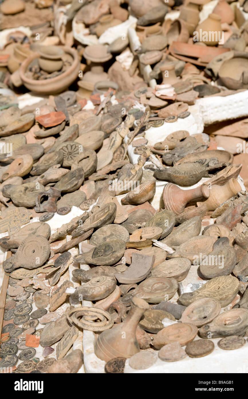 Vieilles lampes à huile, de la poterie et des pièces d'être vendus comme souvenirs aux touristes, Photo Stock