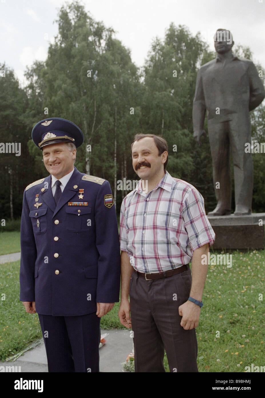 L'équipage de Soyouz 18 satellites Viktor Afanassiev Yuri Usachev gauche et droite dans la ville stellaire après Banque D'Images