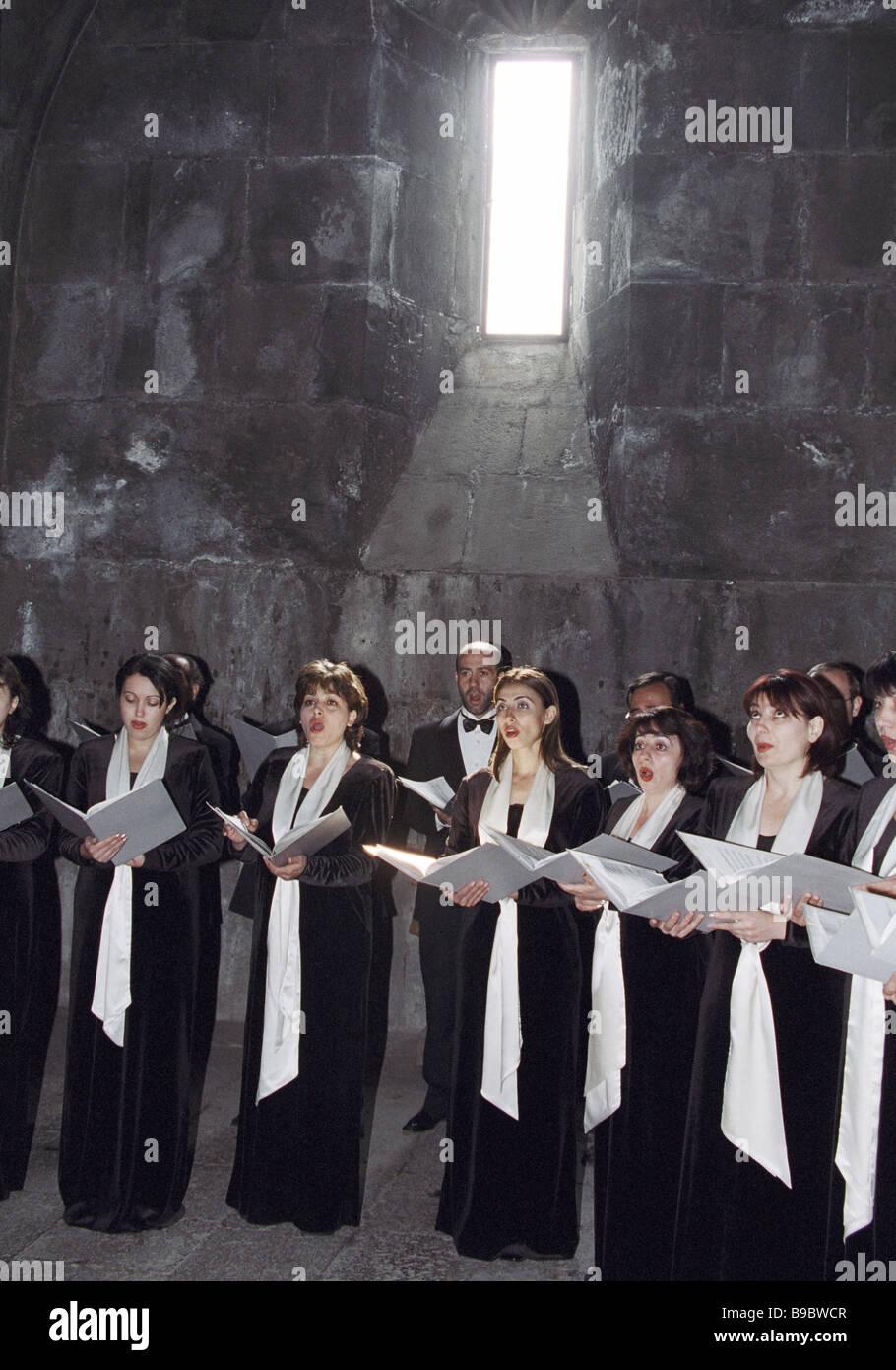Choeur de la Société philharmonique arménien dans la scène Gegard monastery Banque D'Images