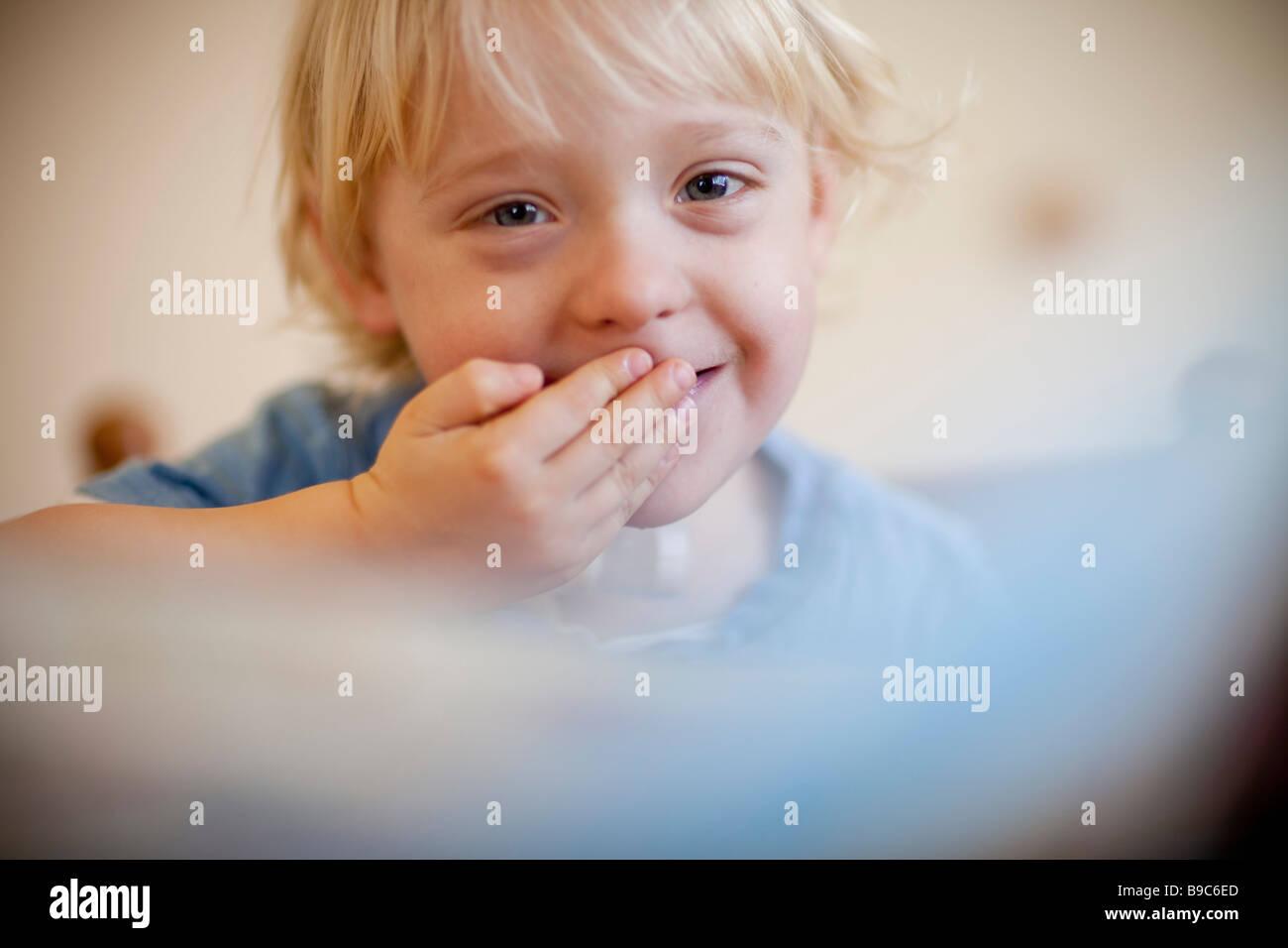 Jeune garçon riant Photo Stock