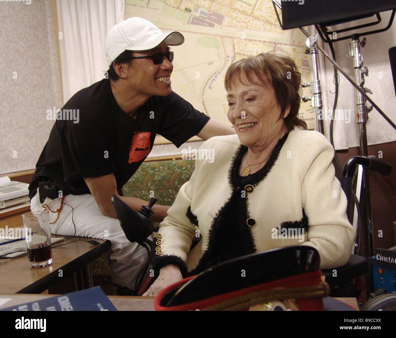 Directeur Lam Lee et l'actrice française Annie Girardeau au tournage de la série télévisée Vorotily Banque D'Images