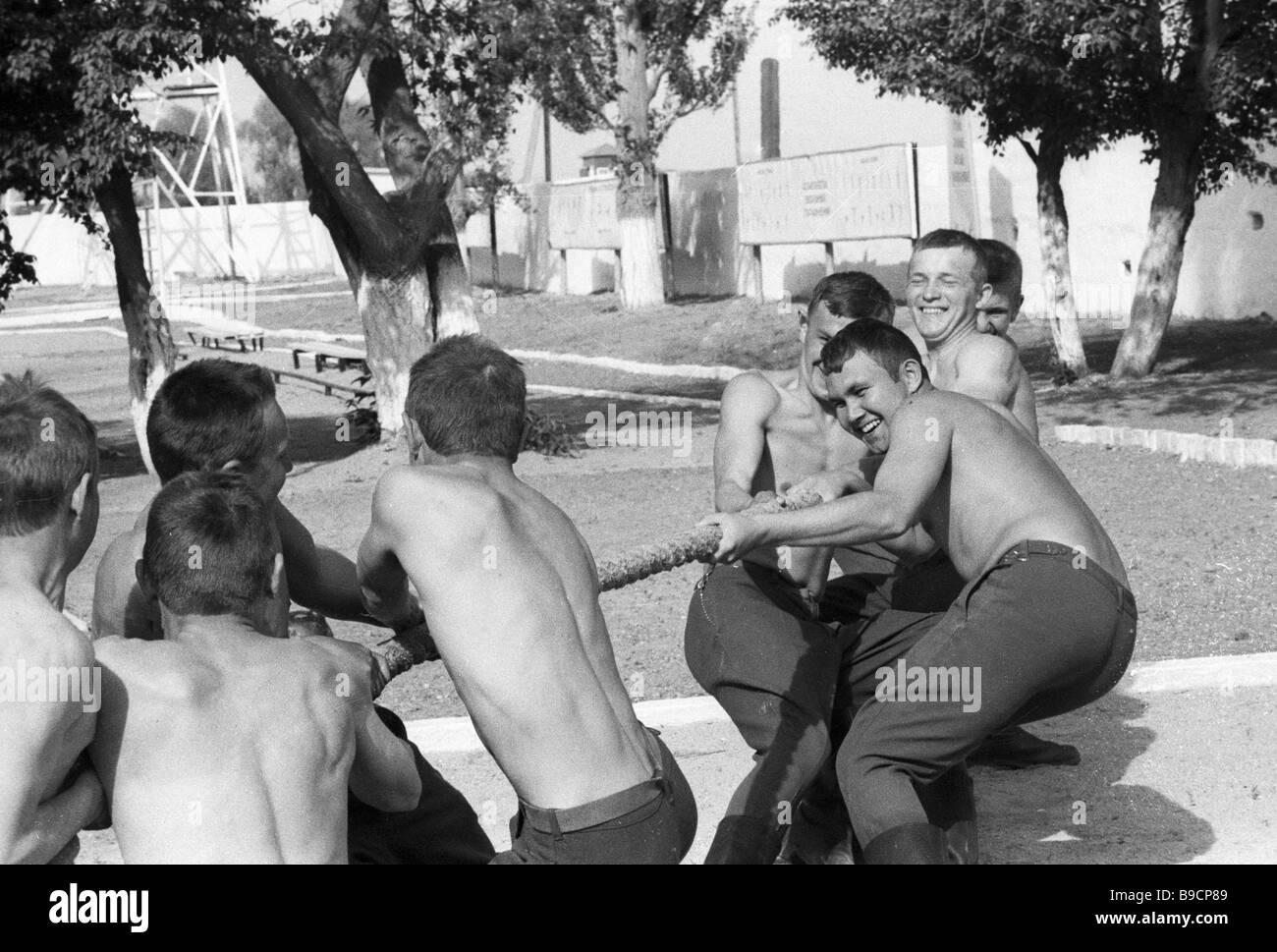 Les gardes-frontière faisant remorqueur de la guerre au terrain de sport de l'avant-poste frontière Khorgos Banque D'Images
