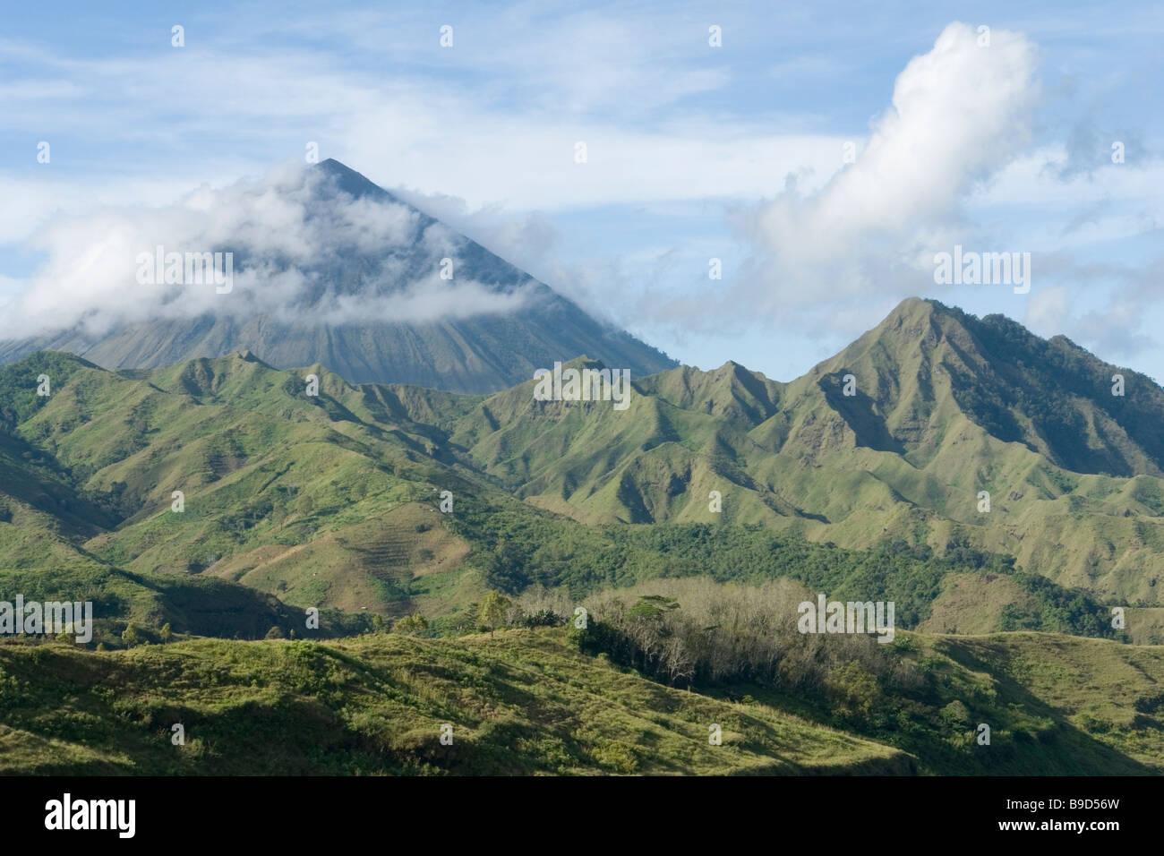 Le stratovolcan Inerie - Flores (Indonésie). Le stratovolcan Inerie (Florès - Indonésie). Photo Stock