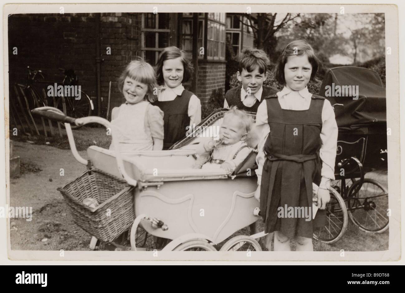 Chauds les jeunes enfants avec poussettes à la recherche après un bébé à l'extérieur Photo Stock