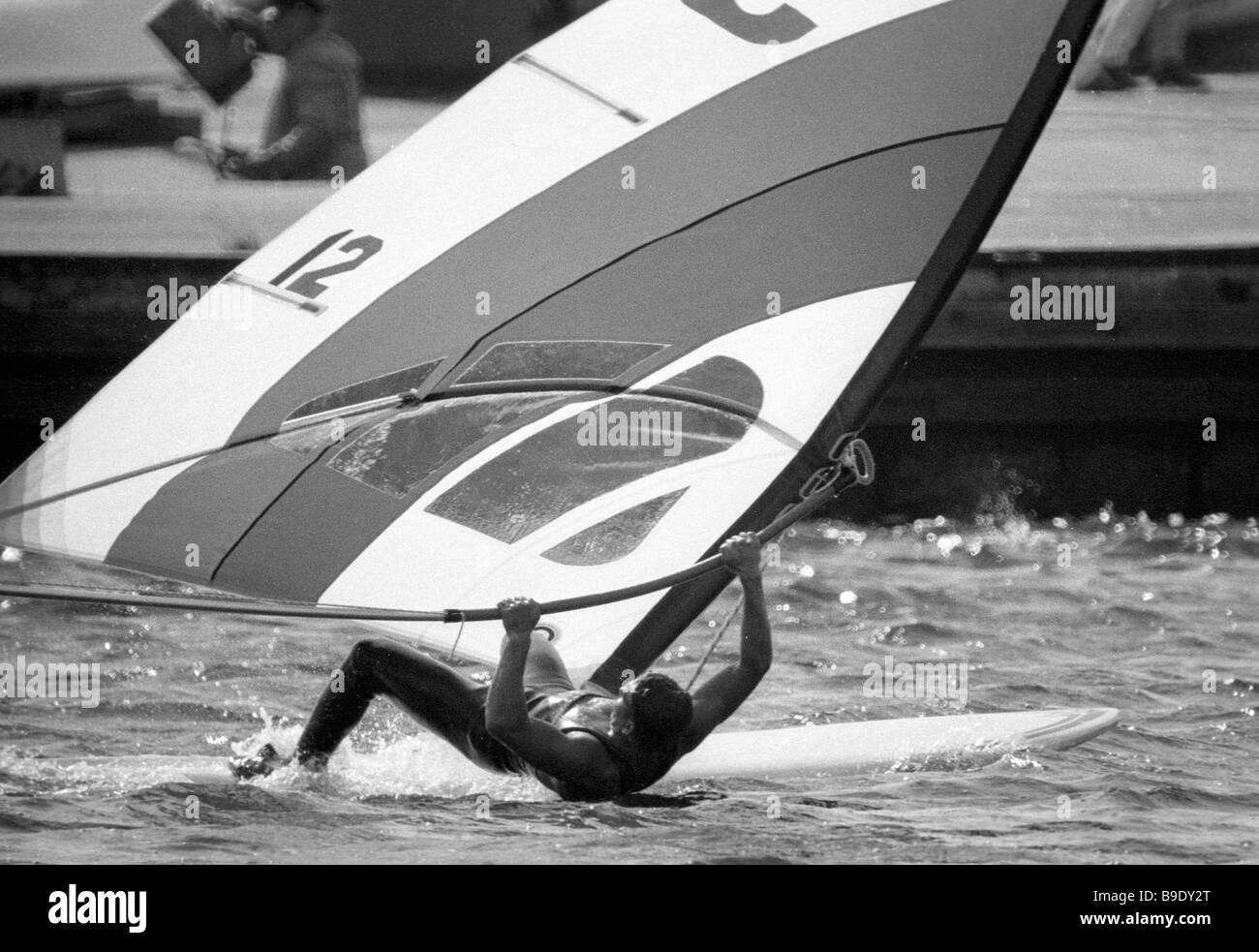 Un coureur fait un virage serré à un championnat du monde de vol à voile du vent Photo Stock