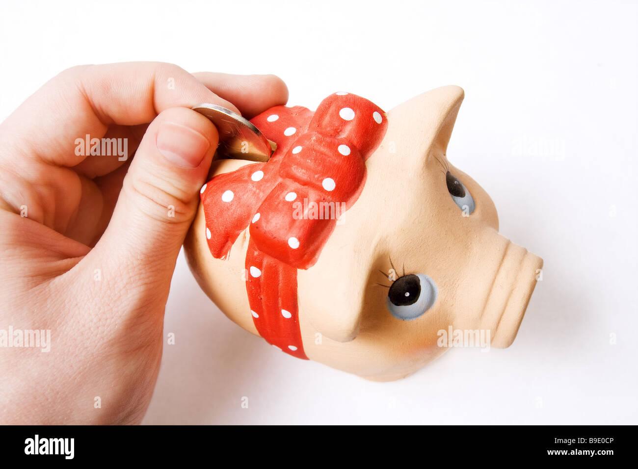 Économiser de l'argent monnaie concept inséré dans cute tirelire Photo Stock