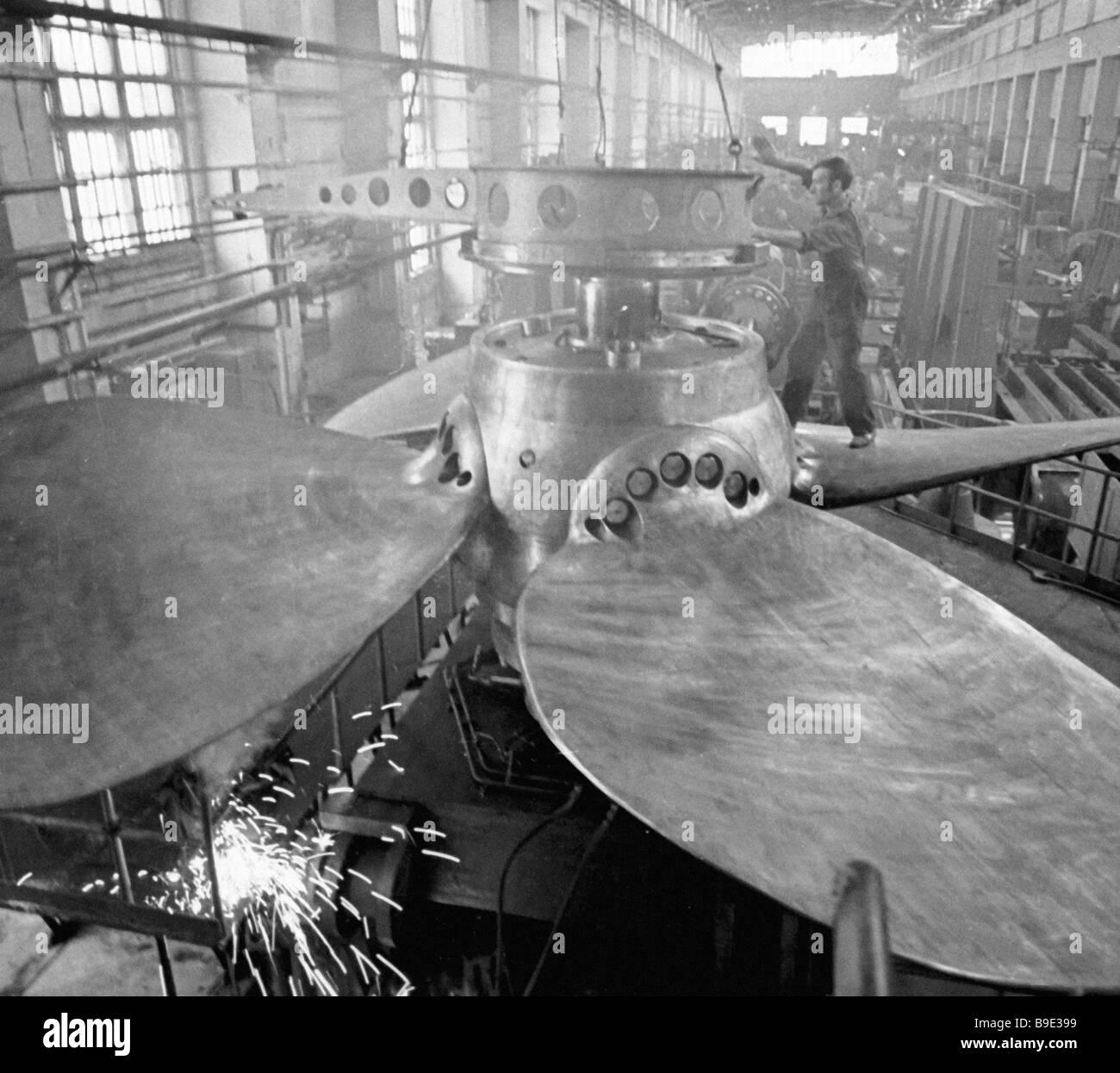 Une vis de l'hélice à pas réglable pour l'usine Proletarsky pétrolier Krym Banque D'Images