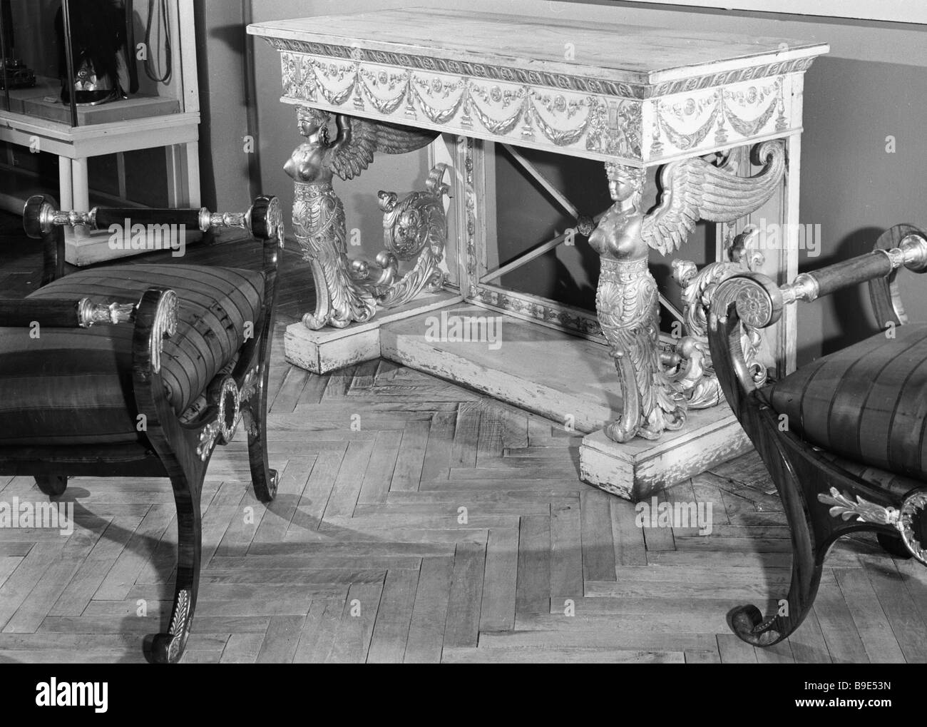 Une table et banquettes consol en date du début du xixe siècle de la collection du Musée de l'histoire Photo Stock