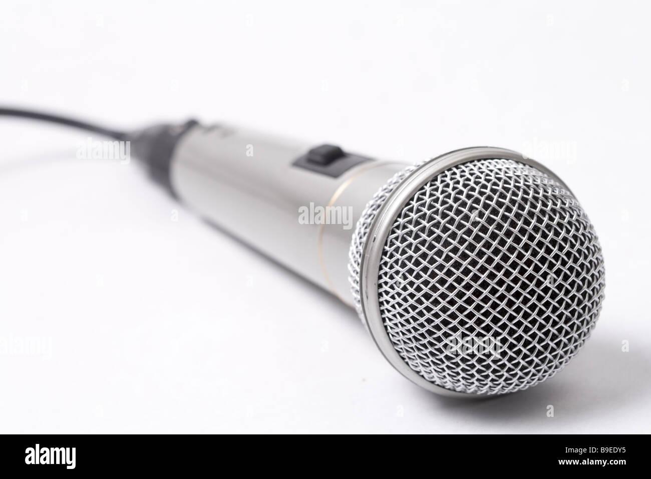 Microphone métallique sur gros plan sur fond blanc Photo Stock