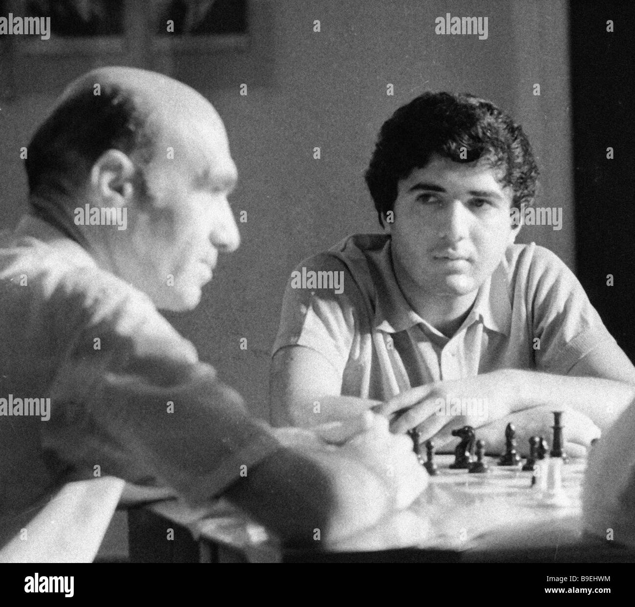 Maître d'échecs Rafael Vaganyan droite et honorable coach d'Arménie gauche Mokatsyan Akop Photo Stock