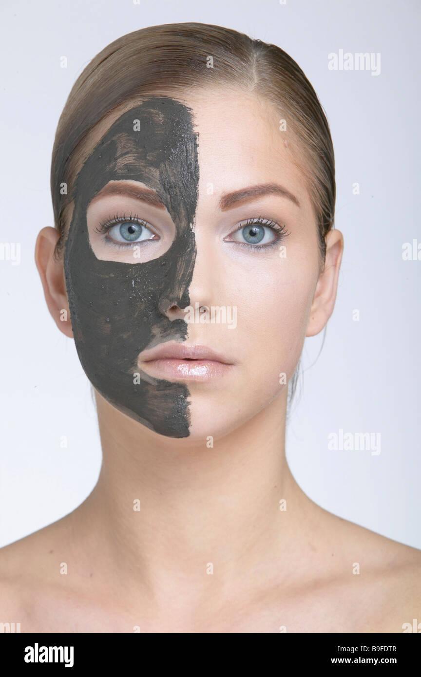 Femme portant un masque de visage, portrait Photo Stock