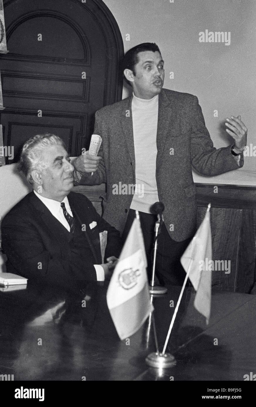 Le poète Robert Rojdestvenski récitant ses poèmes Banque D'Images