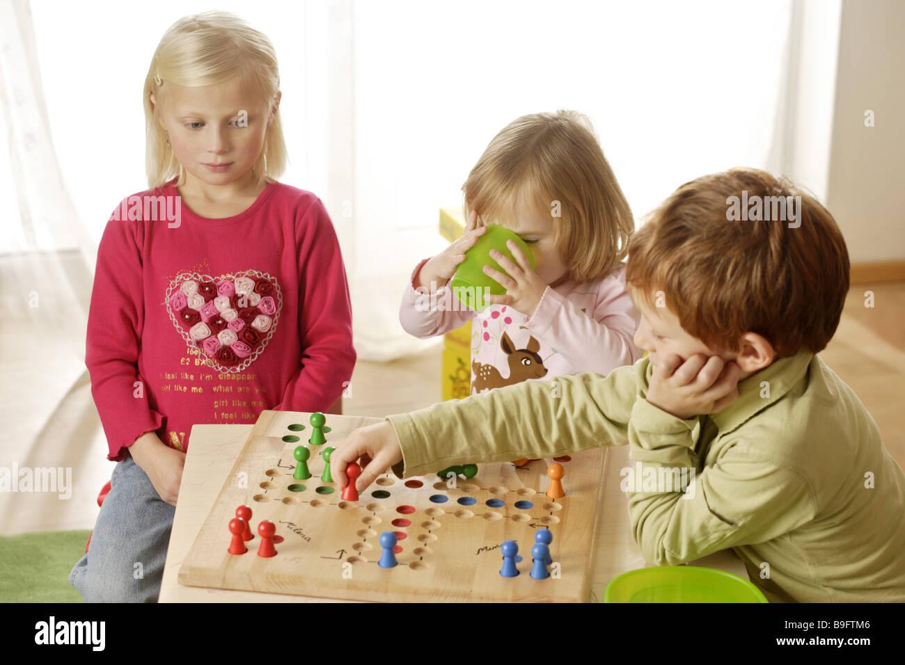 fille gar on ludo joue s rie d tail personnes enfants trois la pratique de jeux de d s jeu de. Black Bedroom Furniture Sets. Home Design Ideas