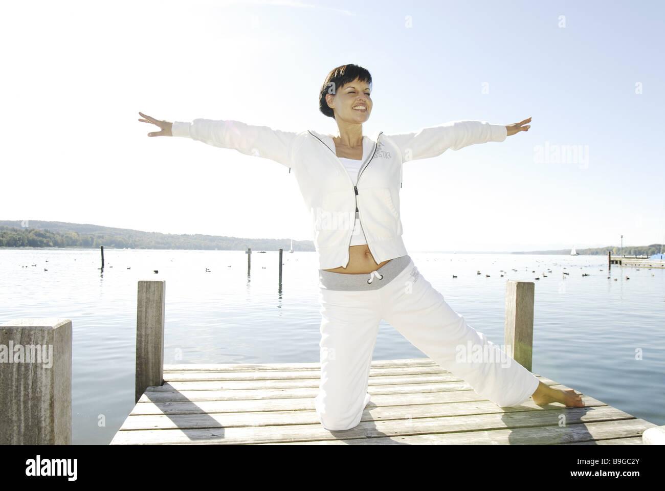Seuls 30 à 40 ans en dehors de l'équilibre de relaxation femme brune aux pieds nus récupération Photo Stock