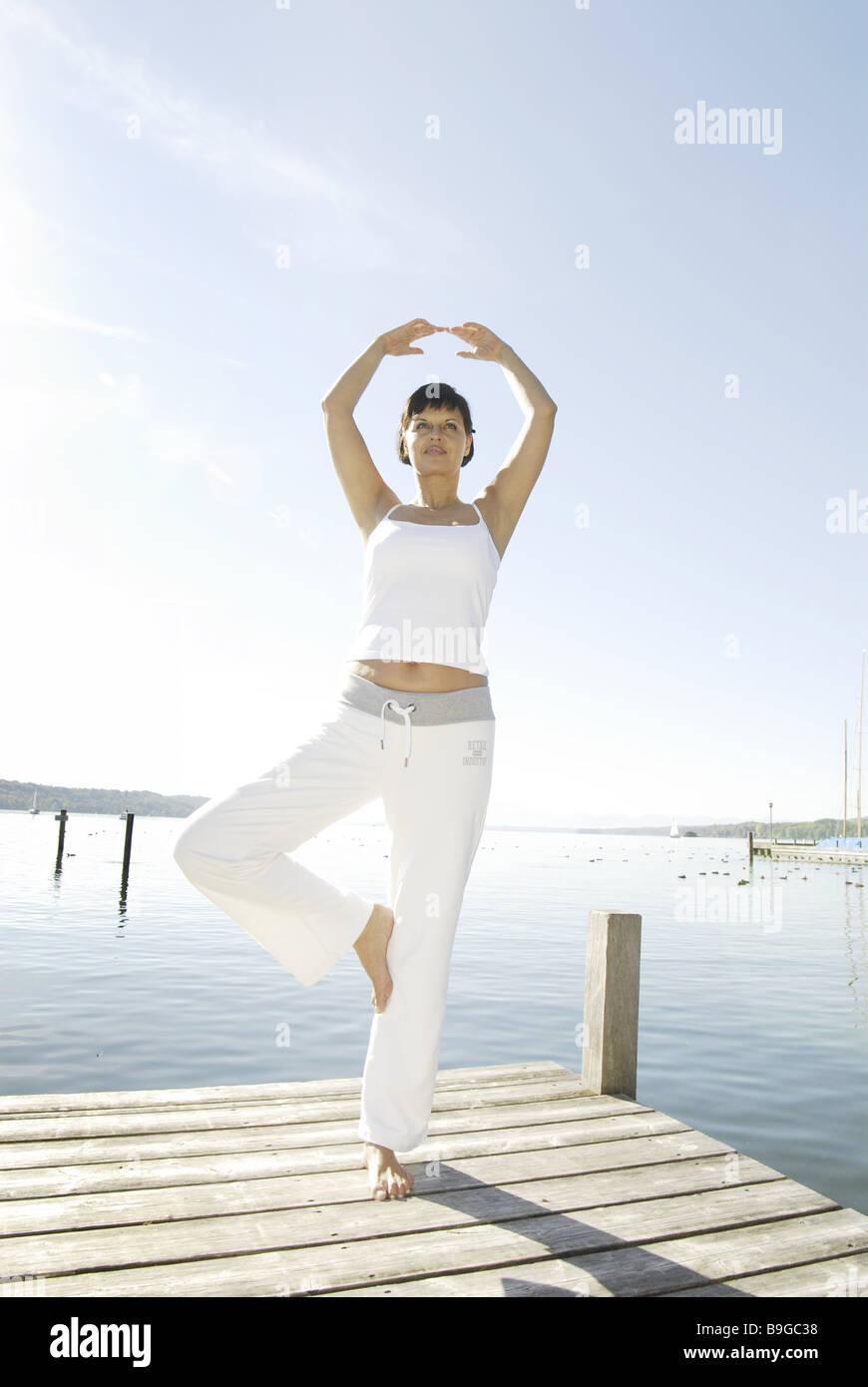 30-40 ans seul équilibre extérieur barefoot brunette profondément-respiration détente femme Photo Stock
