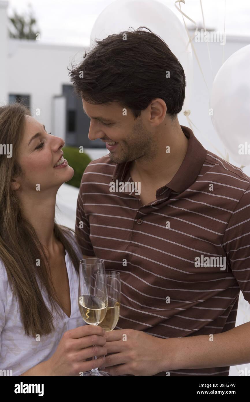 Regarde avec amour sourire Mate verres de champagne champagne-verres célèbre à l'extérieur Photo Stock