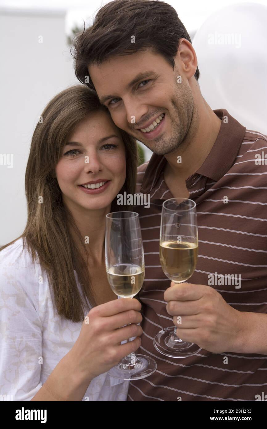 Mate smiling amoureusement verres de champagne champagne-verres célèbre portrait à l'extérieur Photo Stock