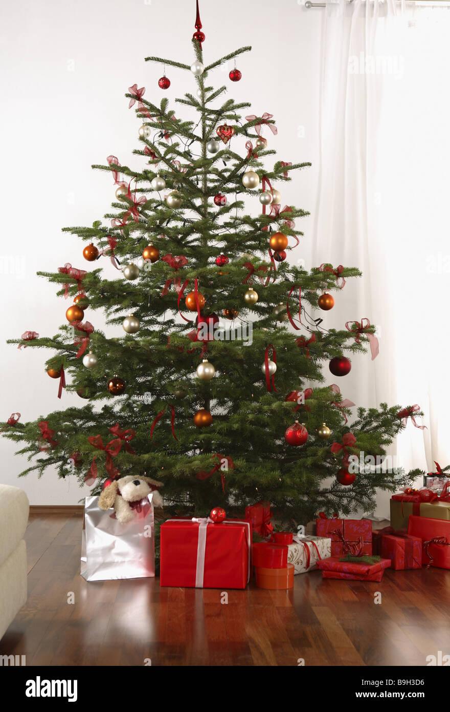 L'arbre de Noël cadeaux décorés d'animaux en peluche Photo Stock