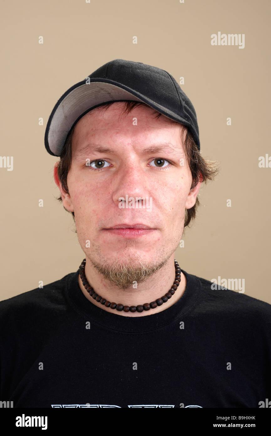 2374c75b287f8 Portrait saisissant d'un jeune musicien portant une casquette Photo Stock