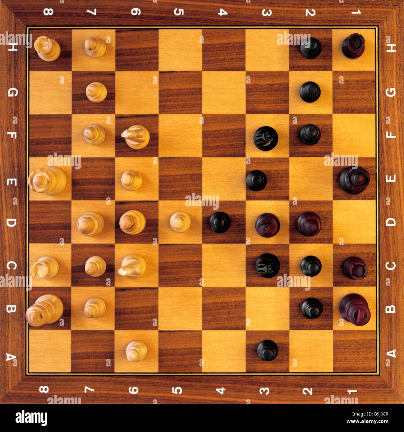 Pièces des échecs sur l'échiquier, jeu Banque D'Images