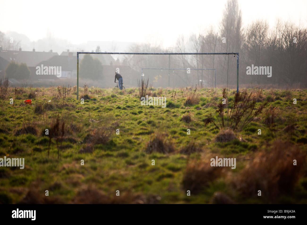 Un terrain de football, envahis par la végétation et abandonnés, à la périphérie de Coventry, Royaume-Uni Banque D'Images