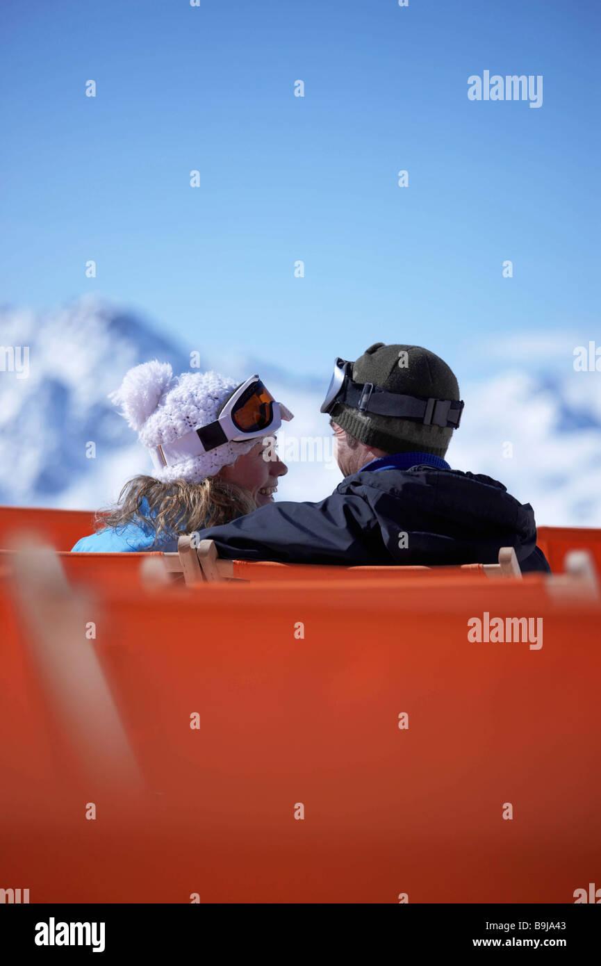 Couple assis en télésiège Photo Stock