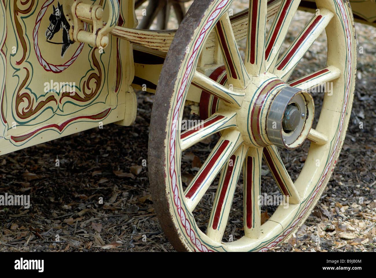 Vert clair en bois peint et décoré de roue caravane décorée dans un ...