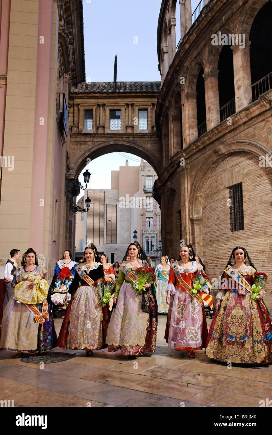 Falleras Arrive Sur La Place De La Vierge A La Fleur D Offrir A La