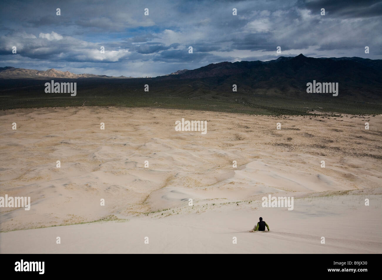 Un homme descend les dunes de sable au désert de Mojave, en Californie. Photo Stock