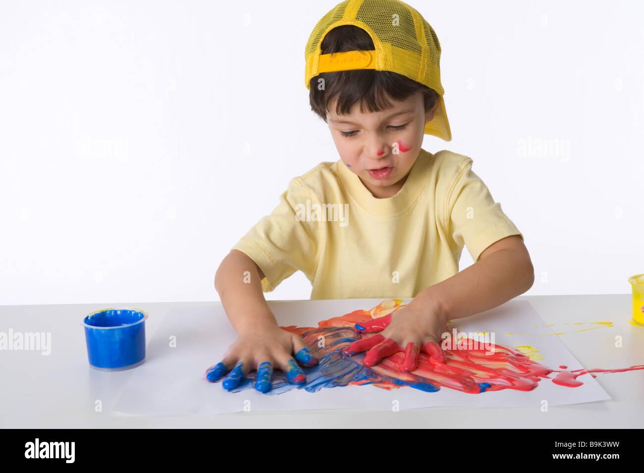 Petit garçon fait une peinture de doigt Photo Stock