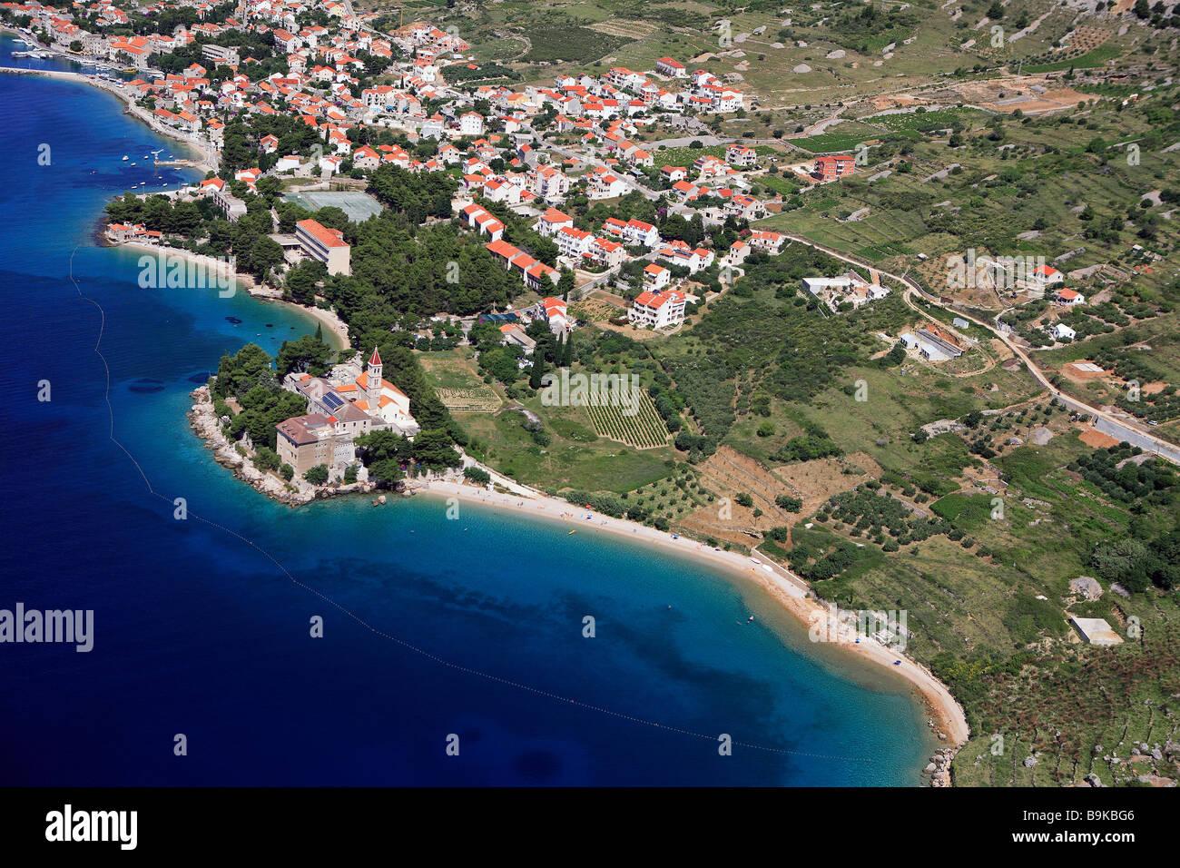 La Croatie, Dalmatie, côte dalmate, île de Brac, Supetar village et plage (vue aérienne) Photo Stock