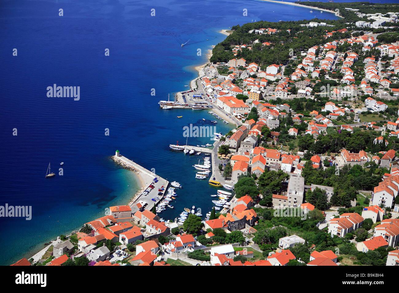 La Croatie, Dalmatie, côte dalmate, île de Brac, Supetar village (vue aérienne) Photo Stock