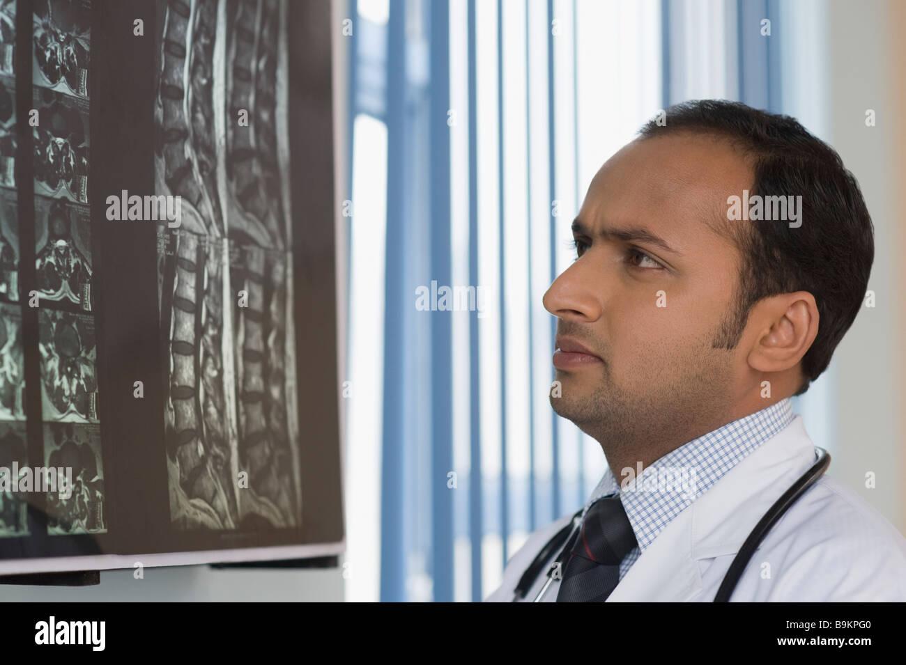 L'examen d'une médecin x-ray report Banque D'Images