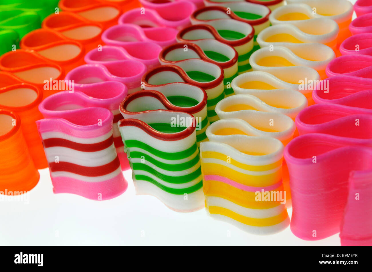 Close up de bandes diagonales de mince ruban torsadé de couleur candy Photo Stock
