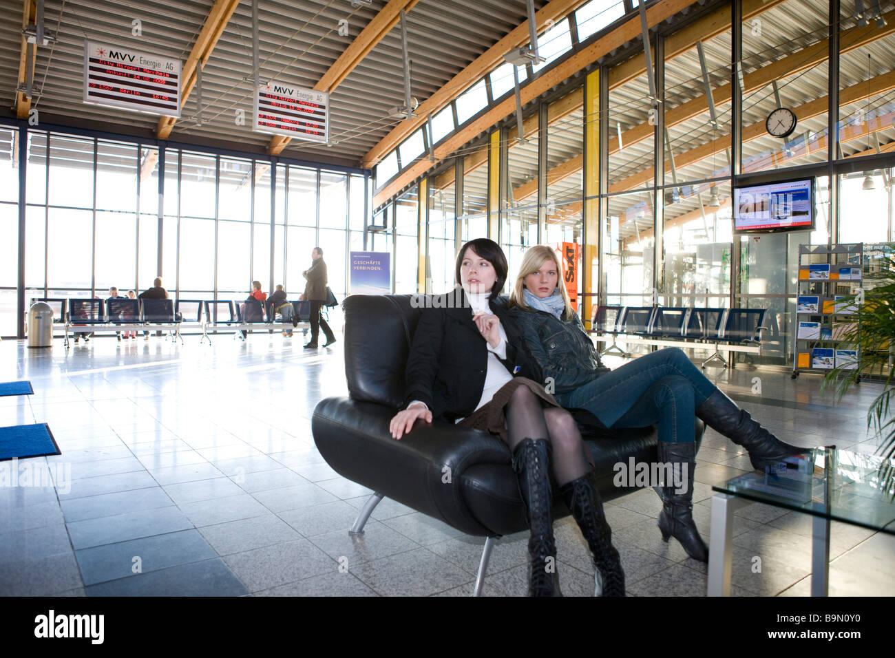 Frauen im flugahafen Warten auf der couch Banque D'Images