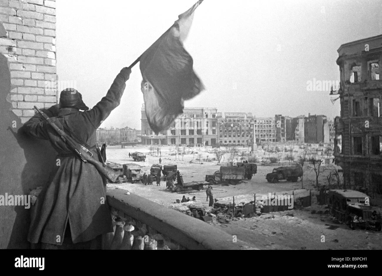 Après avoir hissé le drapeau de la victoire de la bataille de Stalingrad la Deuxième Guerre mondiale Photo Stock