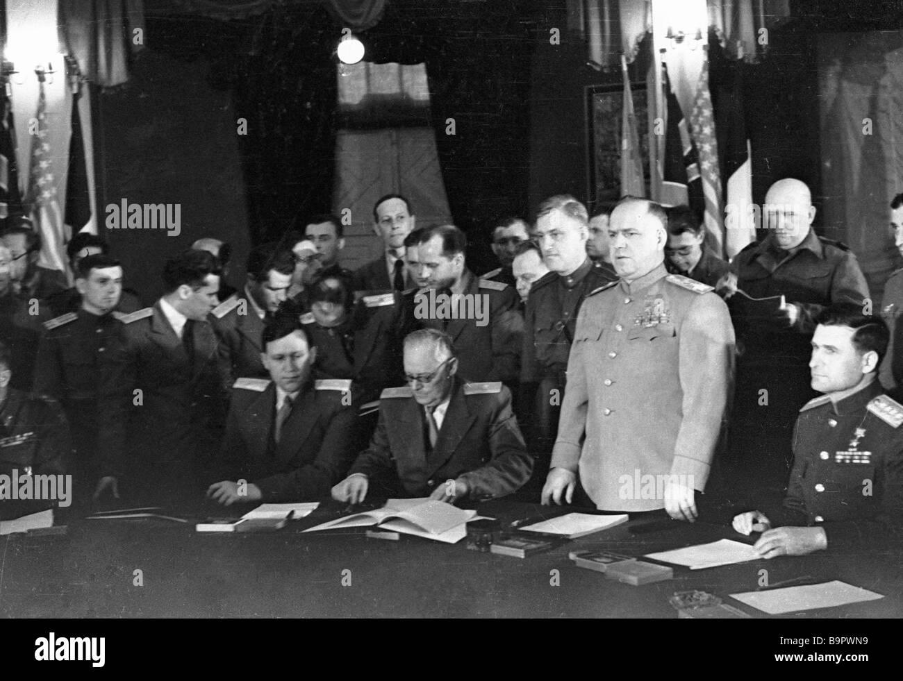 Maréchal de l'Union soviétique Gueorgui Joukov à parler après la signature de la Déclaration Photo Stock