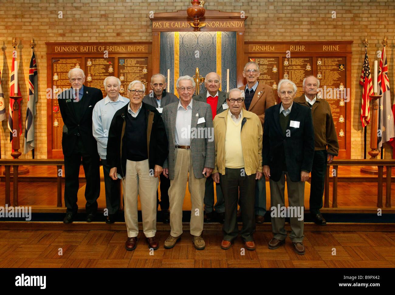 Groupe d'anciens combattants de guerre australien visiter la chapelle de la RAF, Biggin Hill, Bromley, Kent, Photo Stock