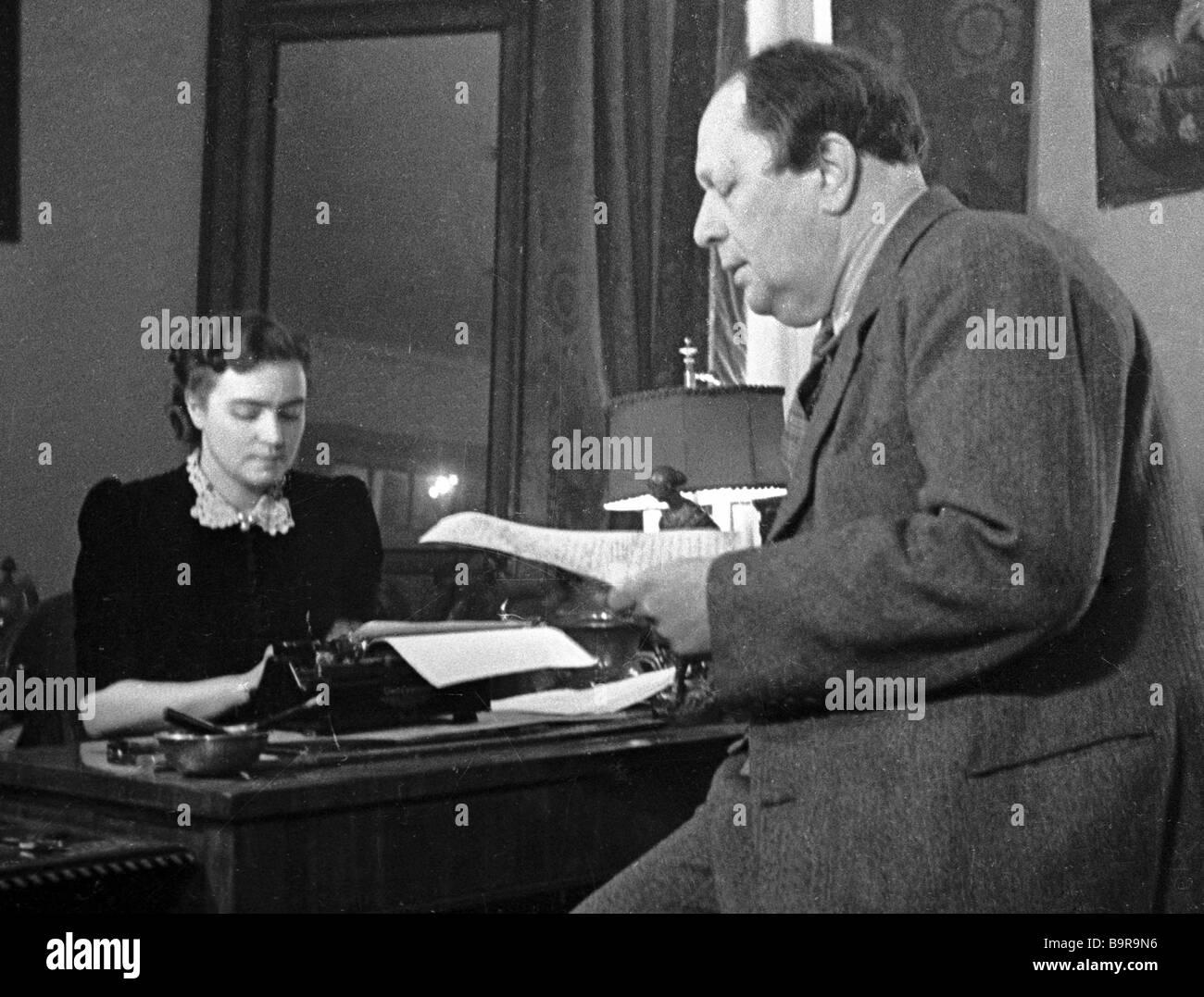 Alexeï Tolstoï écrivain et sa femme Lyudmila dans l'étude Photo Stock