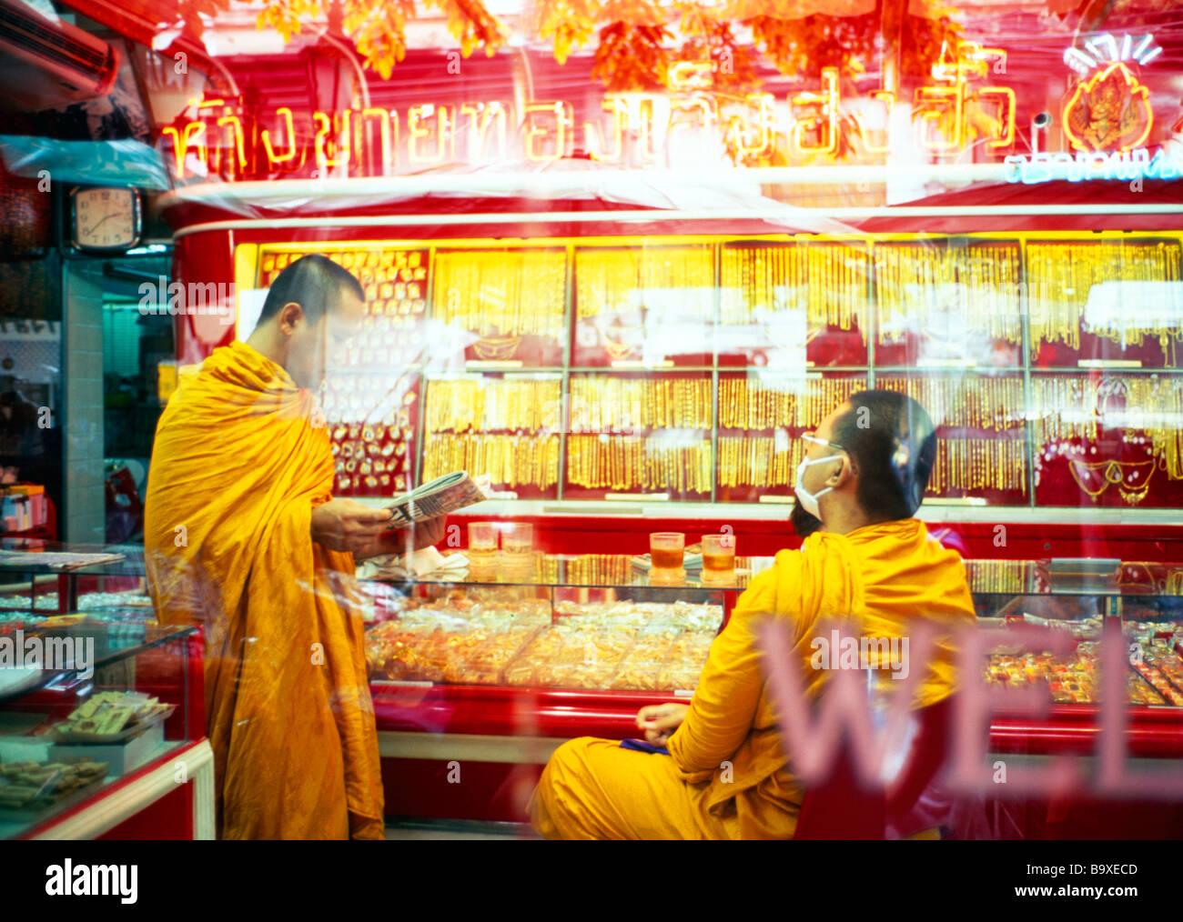 Les moines Bouddhistes en Thaïlande, de magasins de vente d'or Photo Stock