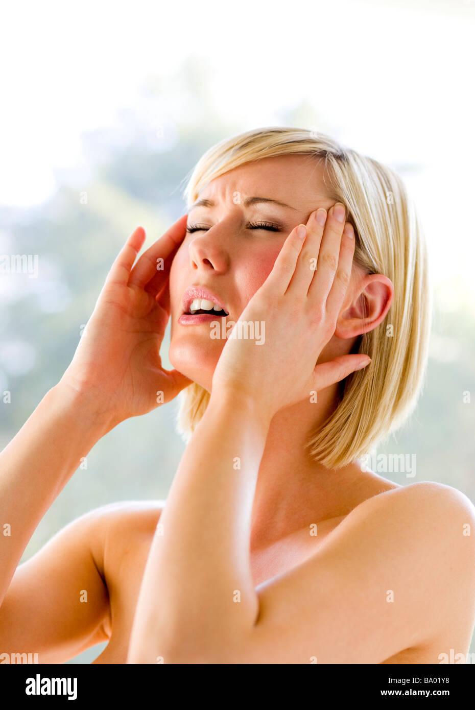 Femme avec des maux de tête Photo Stock