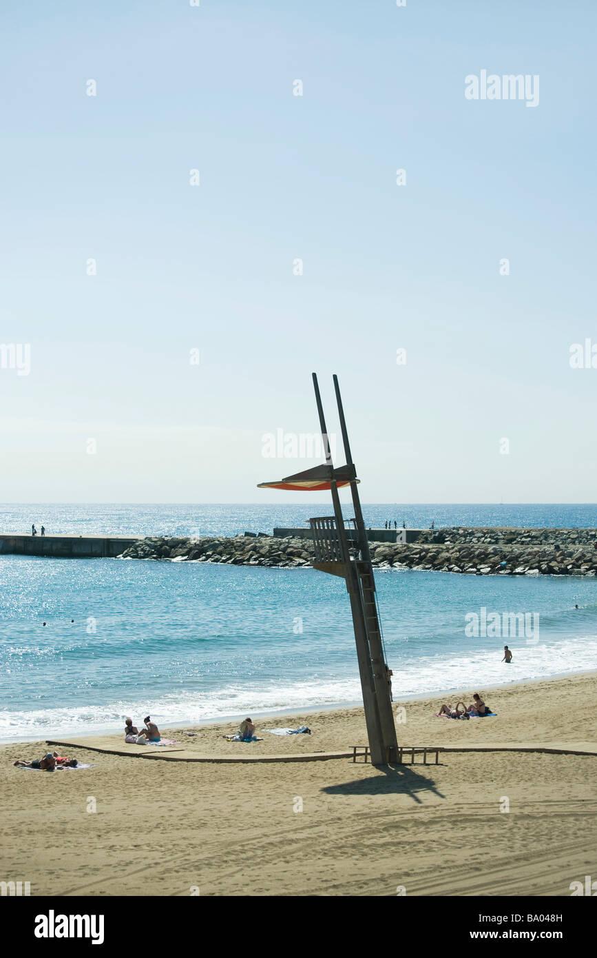 Vide de secours donnant sur plage avec transats Banque D'Images